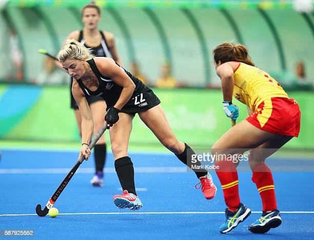 Gemma Flynn of New Zealand is faced by Lola Riera of Spain during the Women's Pool A Match between Spain and New Zealand on Day 5 of the Rio 2016...