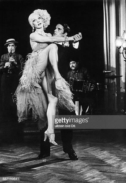 Gemma Giuliano *1938 Filmschauspieler I im Film 'Auch die Engel essen Bohnen' mit Denise Bataille 1973