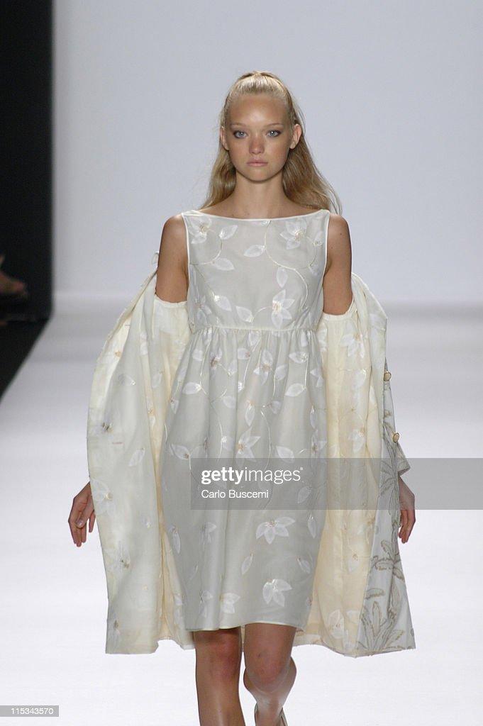 Olympus Fashion Week Spring 2006 - Bill Blass - Runway : News Photo