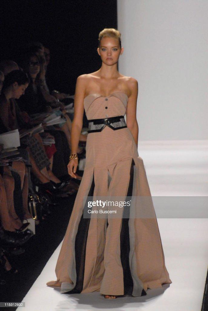 Olympus Fashion Week Spring 2007 - Carolina Herrera - Runway : News Photo