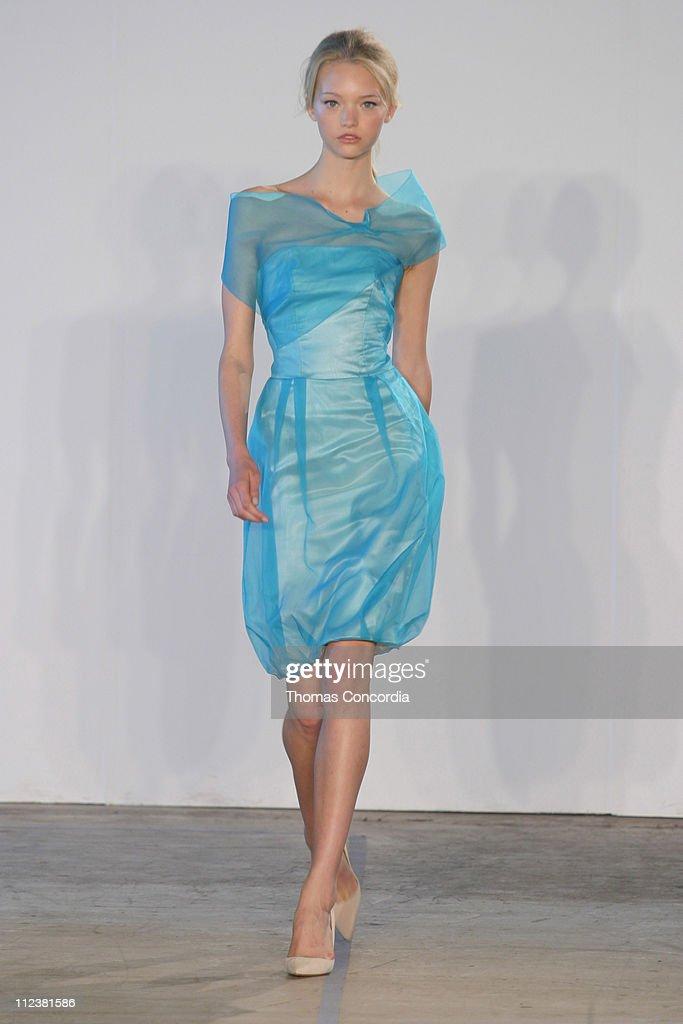 Olympus Fashion Week Spring 2005 - Roland Mouret - Runway : News Photo