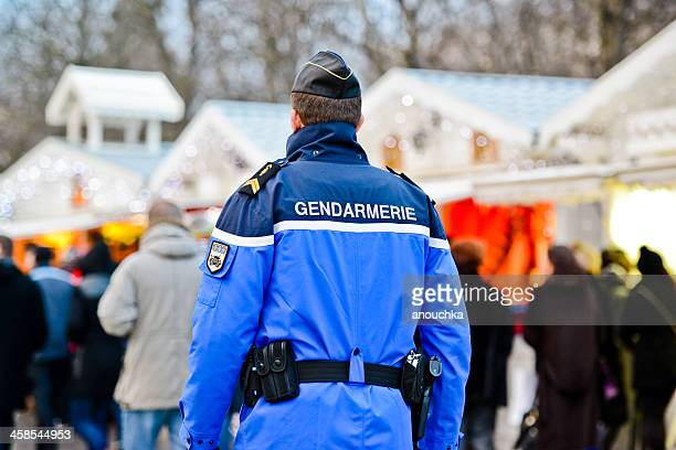 Gendarme de service au marché de Noël à Paris