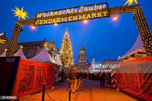 gendarmenmarkt christmas market in berlin - französischer dom stock pictures, royalty-free photos & images
