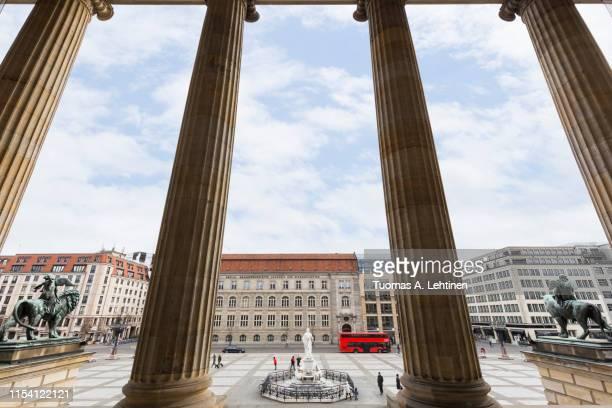 gendarmenmarkt square in berlin at day - konzerthaus berlin - fotografias e filmes do acervo