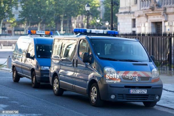 Rijkswacht bestelwagens in Parijs