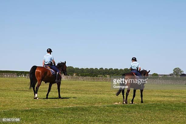 馬に乗ってパトロールするジャンダルム - オワーズ ストックフォトと画像
