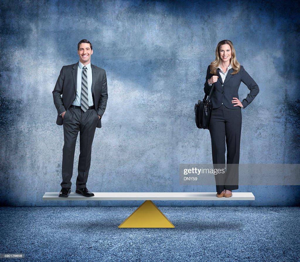 A igualdade entre homens e mulheres no local de trabalho : Foto de stock