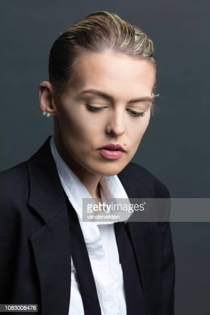 女性ジェンダー液 - オールバック ストックフォトと画像