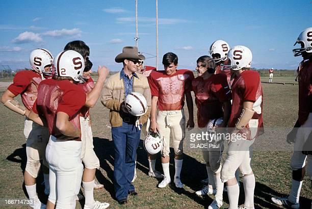 Gene Tipps Living Again After Eight Years Of Coma. Aux Etats-Unis, en novembre 1975, Gene TIPPS, portant un chapeau de cowboy, se réveille après huit...