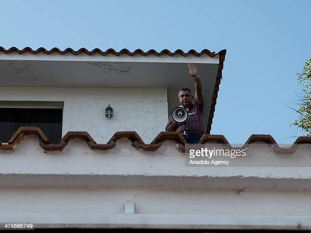 General Angel Vivas adressing the neighbors who supported him for not resigning himself to SEBIN the Bolivarian Intelligence Service officials...