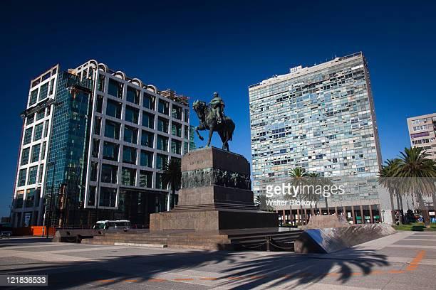 general artigas statue, plaza independencia, montevideo, uruguay, february 2009  - uruguai - fotografias e filmes do acervo