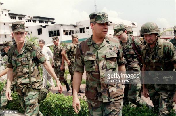 General Colin Powell head of the US Joint Chiefs of Staff tours 05 January 1990 the bombed courtyard of the Panaminian Defense Force Comandancia in...