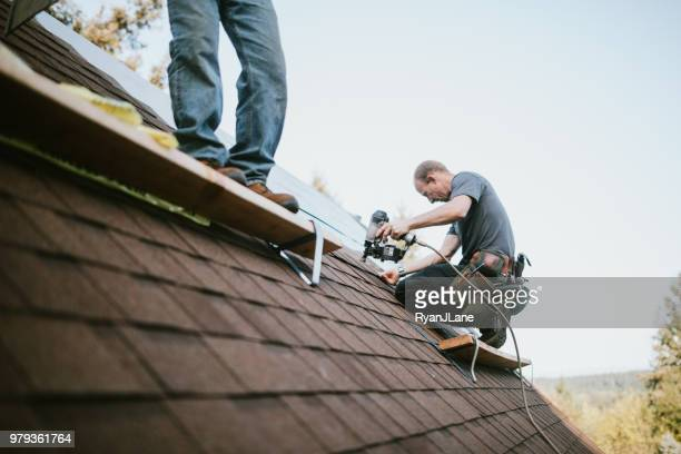 general contractor installing new roof - herpes zoster foto e immagini stock