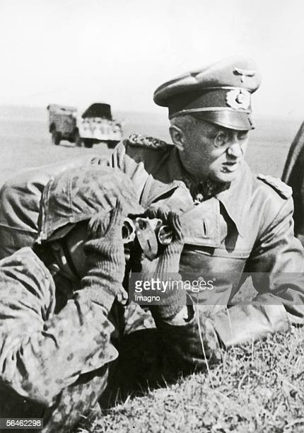 General field marshal Walter Model during fight exercises under discussion with a gunleader Photography 561944 [Generalfeldmarschall Walter Model...