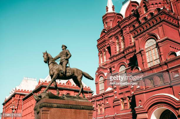 estátua equestre de georgi zhukov geral na frente do kremlin, rússia - rússia - fotografias e filmes do acervo