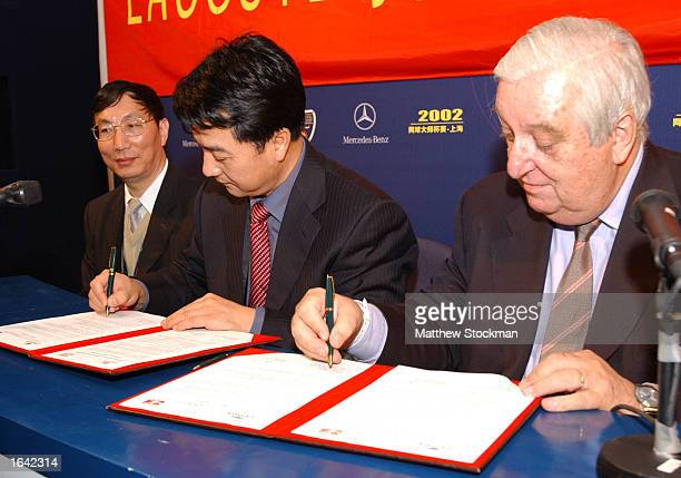 c434efaf471807 General Secretary of the CTA Xiaoning Zhang and La Chemise Lacoste  President Bernard Lacoste sign their