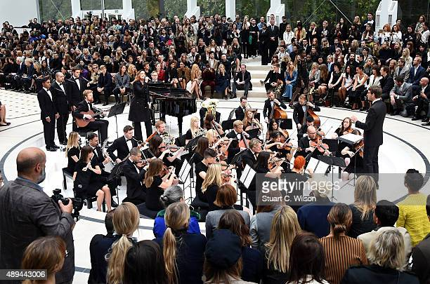 A general view as Alison Moyet performs at the Burberry Womenswear Spring/Summer 2016 show during London Fashion Week at Kensington Gardens on...