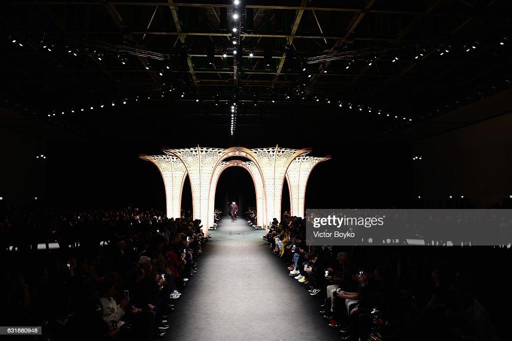 Versace - Runway - Milan Men's Fashion Week Fall/Winter 2017/18 : News Photo