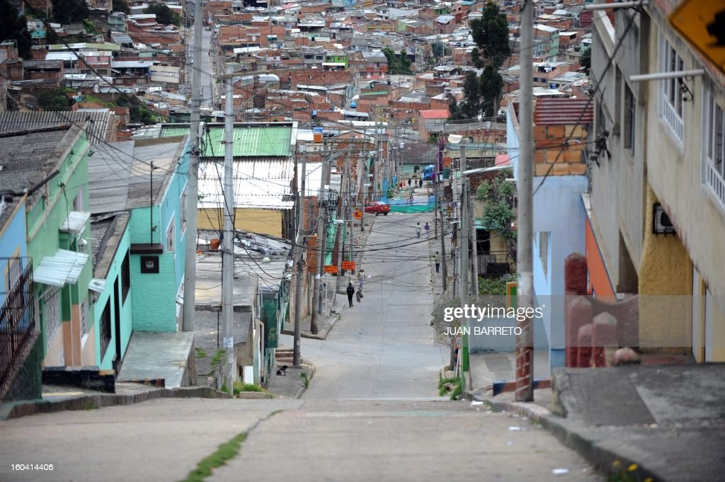 General view in a populous neighborhood of Bogota on June 16, 2010. Colombian presidential candidate for the Green Party Anthanas Mockus will face former Colombian Defense Minister Juan Manuel Santos of the ruling National Unity Party, in the June 20 run-off election. AFP PHOTO/Juan BARRETO /