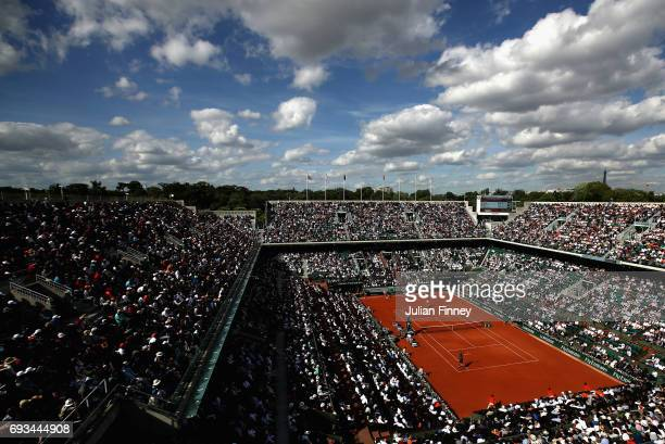 A general view inside court Philippe Chatrier during the mens singles quarter finals match between Andy Murray of Great Britain and Kei Nishikori of...