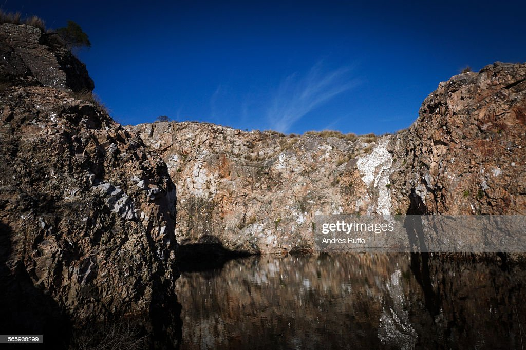 General view of a lake surrounded by hilly rocks : Stock-Foto