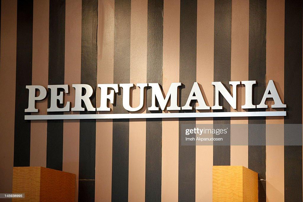 Khloe Kardashian And Lamar Odom Appearance At Perfumania's Boutique At The Block At Orange : News Photo