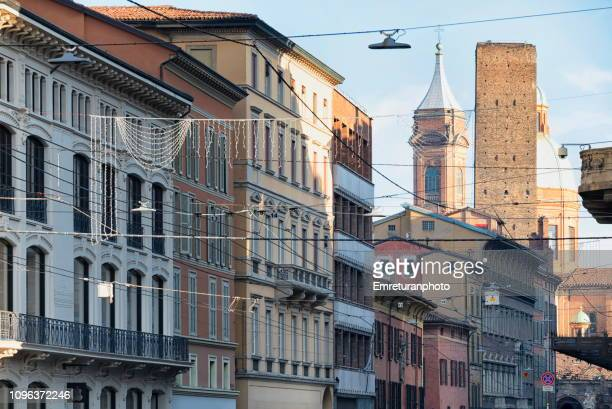 general view of building facades at rizzoli street,bologna. - emreturanphoto stock-fotos und bilder