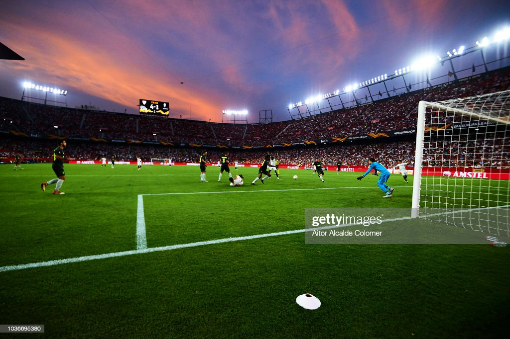 Sevilla v Royal Standard de Liege - UEFA Europa League - Group J : Fotografía de noticias