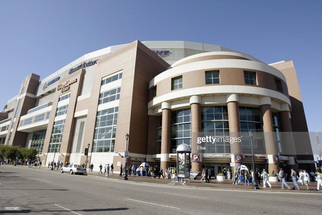 Fans entering Edward Jones Dome : News Photo