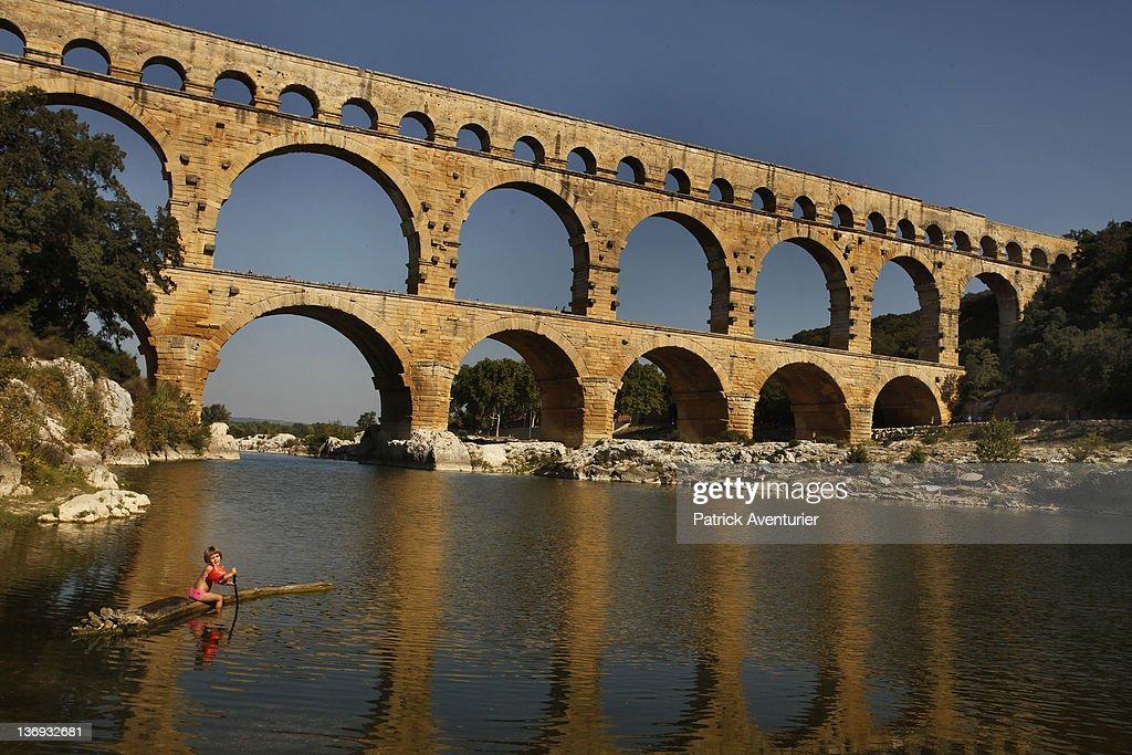 UNESCO World Heritage Site 'Pont-Du-Gard' Under Pyrotechnic Light Show : Nachrichtenfoto