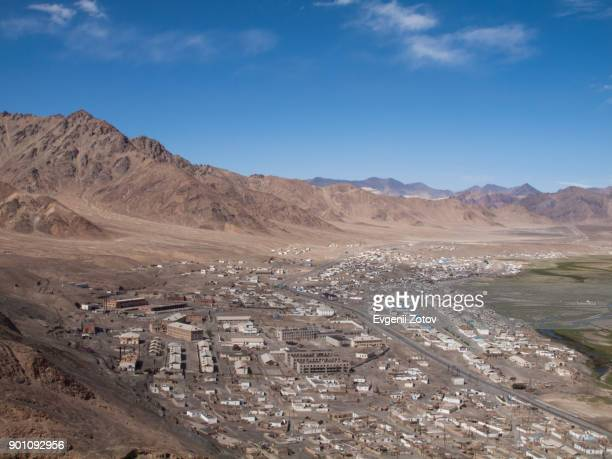 general view of murghab town on highland pamir plateau, tajikistan - badakhshan stock pictures, royalty-free photos & images