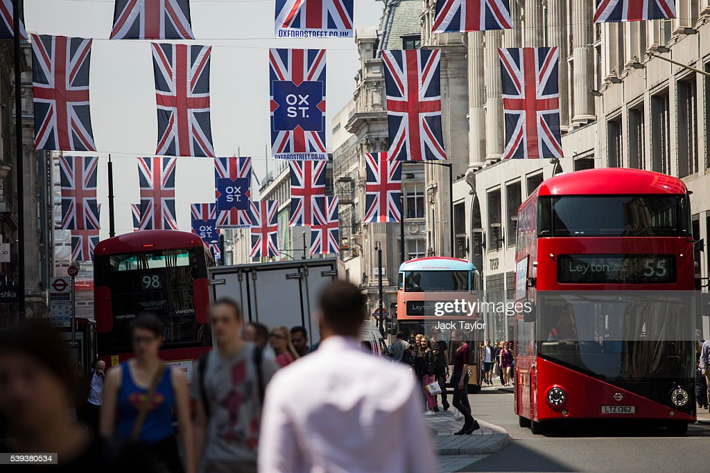 Warm Weather Helps High Street Sales To Rise : News Photo