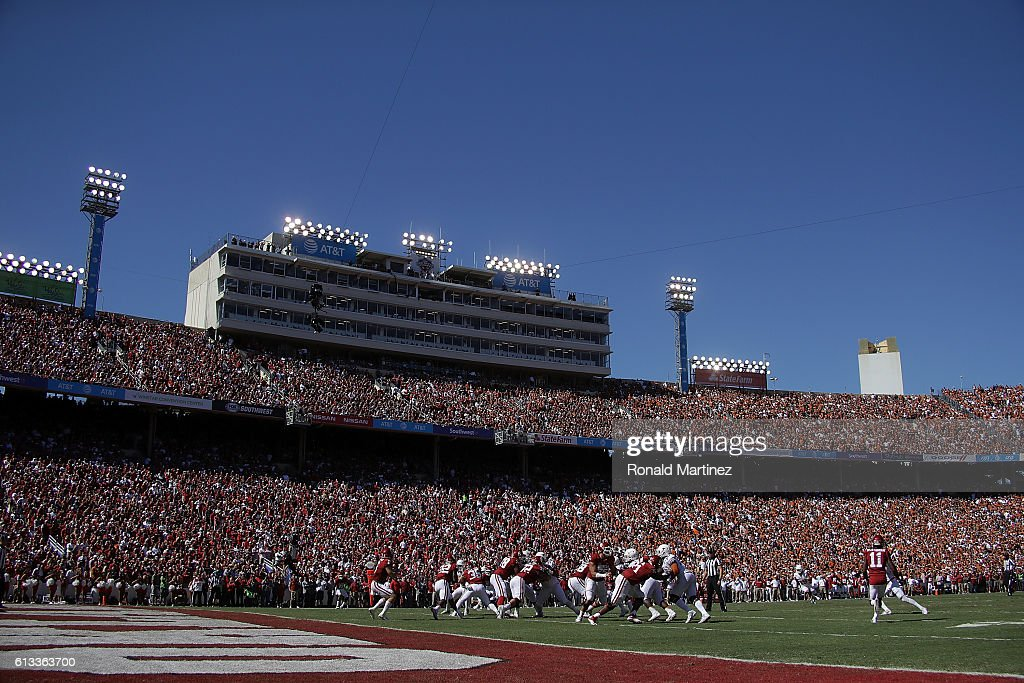 A general view of play between the Texas Longhorns and the Oklahoma Sooners at Cotton Bowl on October 8, 2016 in Dallas, Texas.
