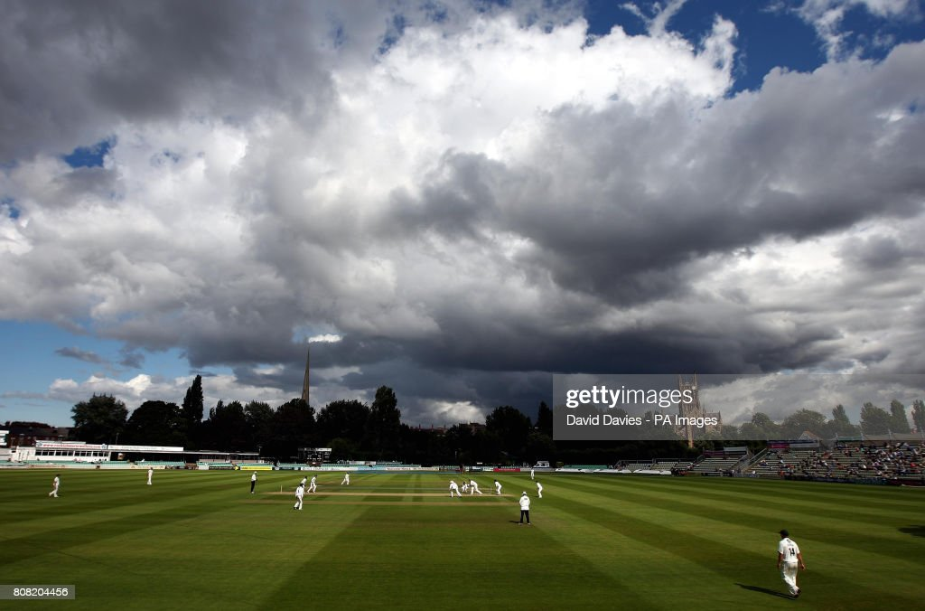 Cricket - Liverpool Victoria County Championship - Division Two - Day Two - Worcestershire v Surrey - New Road : News Photo