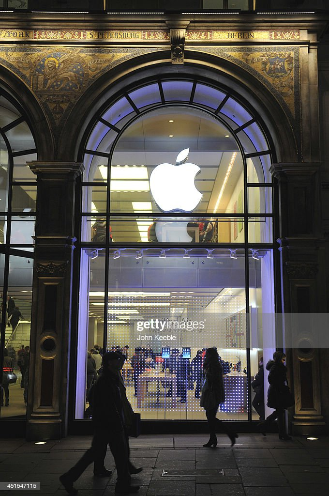 A general view of shoppers passing the Apple store on regent Street on November 20, 2013 in London, England. Apple CEO Tim Cook recently stated that he had high hopes for 'an iPad Christmas' having recently introduced the iPad Air, and the iPad Mini with Retina Display.