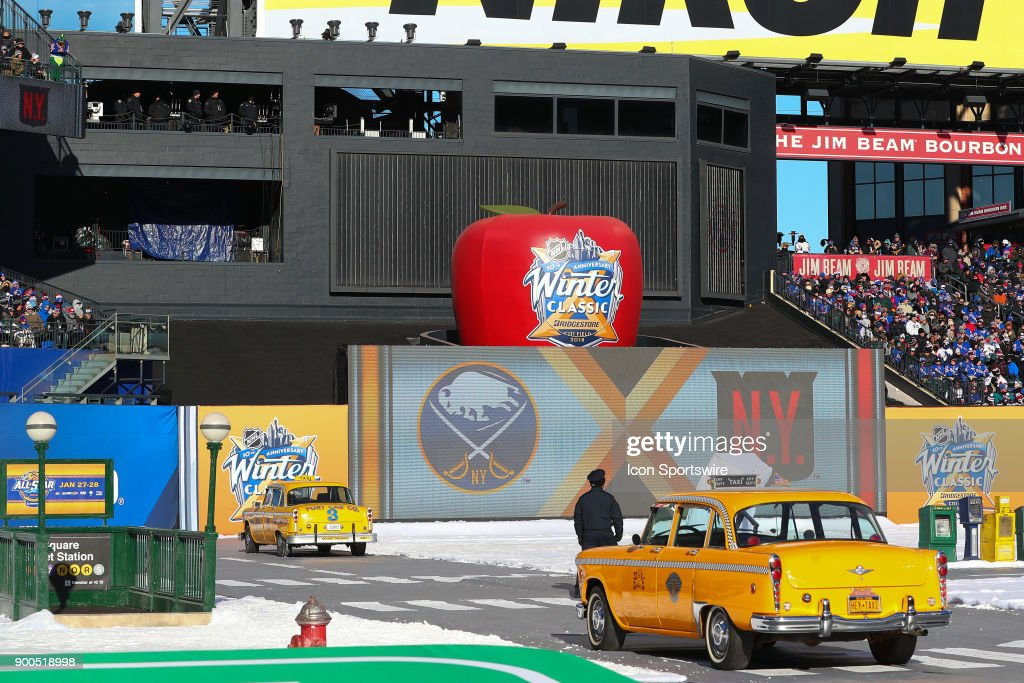 NHL: JAN 01 Winter Classic - Rangers at Sabres : Nachrichtenfoto