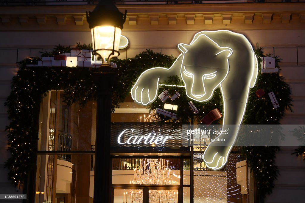 Christmas Lights And Decorations Are Displayed At The Cartier Boutique In Paris : ニュース写真