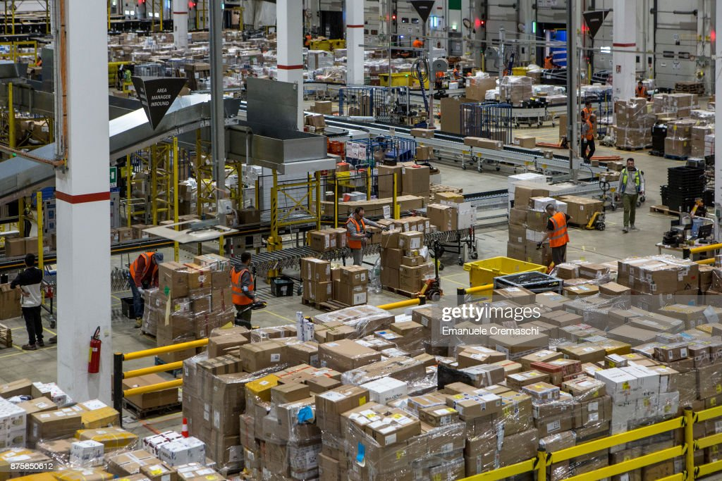 Amazon's Italian Fulfillment Centre Prepares For Black Friday : ニュース写真