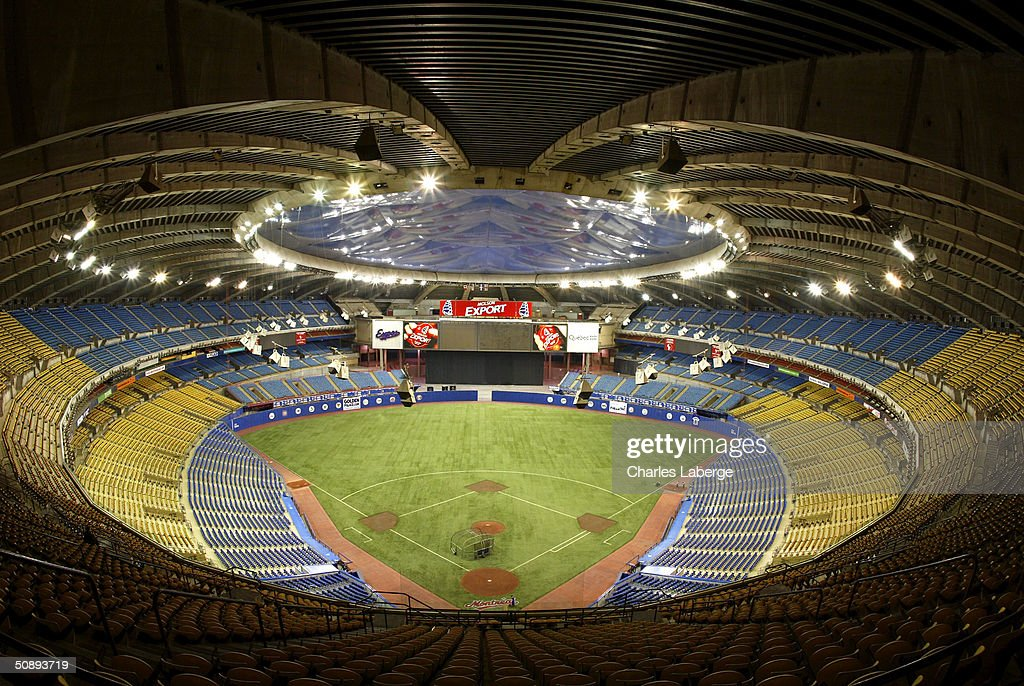 Braves v Expos : News Photo