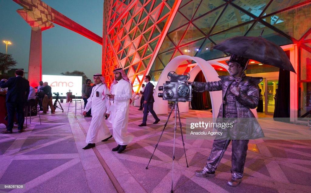 Saudi Arabia reopens movie theaters : Foto di attualità