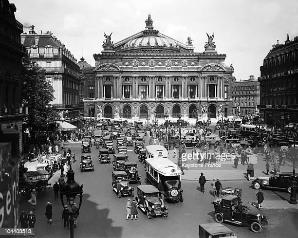 General view of the Opera square crowded with cars in 1929.