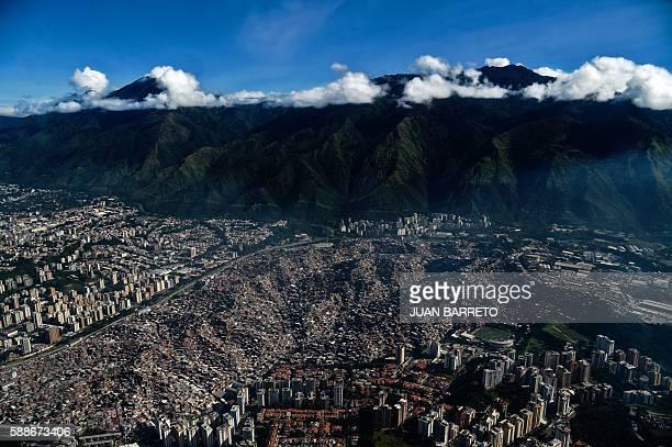 General view of the Petare shantytown in Caracas on August 11 2016 / AFP / JUAN BARRETO