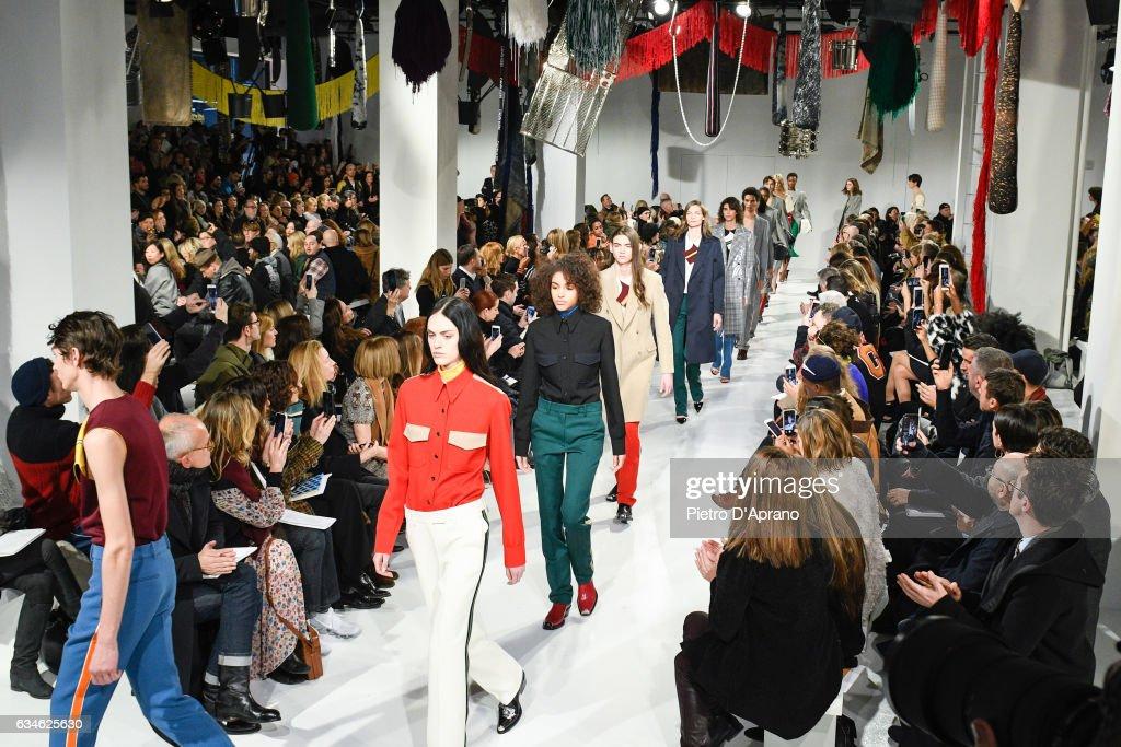 Calvin Klein Collection - Runway - February 2017 - New York Fashion Week : News Photo