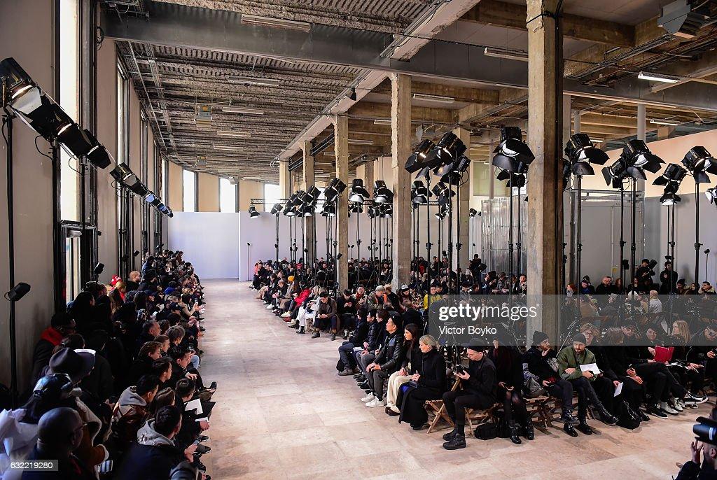 Ann Demeulemeester: Runway - Paris Fashion Week - Menswear F/W 2017-2018 : News Photo