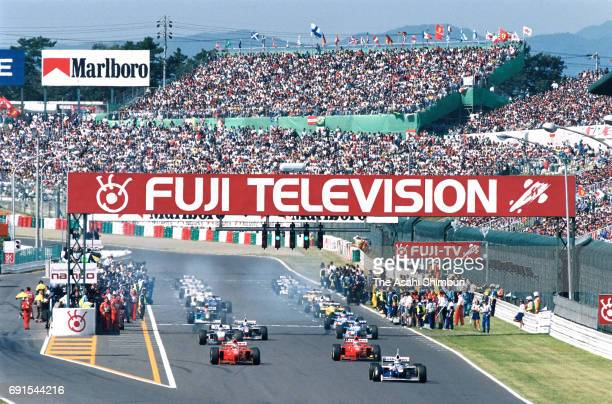 A general view of the start of the Formula One Japanese Grand Prix at Suzuka Circuit on October 12 1997 in Suzuka Mie Japan