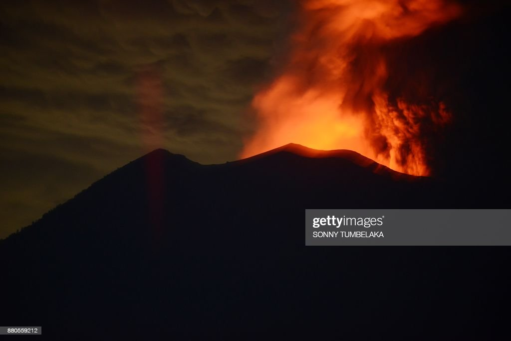 A general view shows Mount Agung erupting seen at night from Kubu sub-district in Karangasem Regency on Indonesia's resort island of Bali on November 28, 2017. Indonesian authorities extended the closure of the international airport on the resort island of Bali for a second day over fears of a volcanic eruption. /