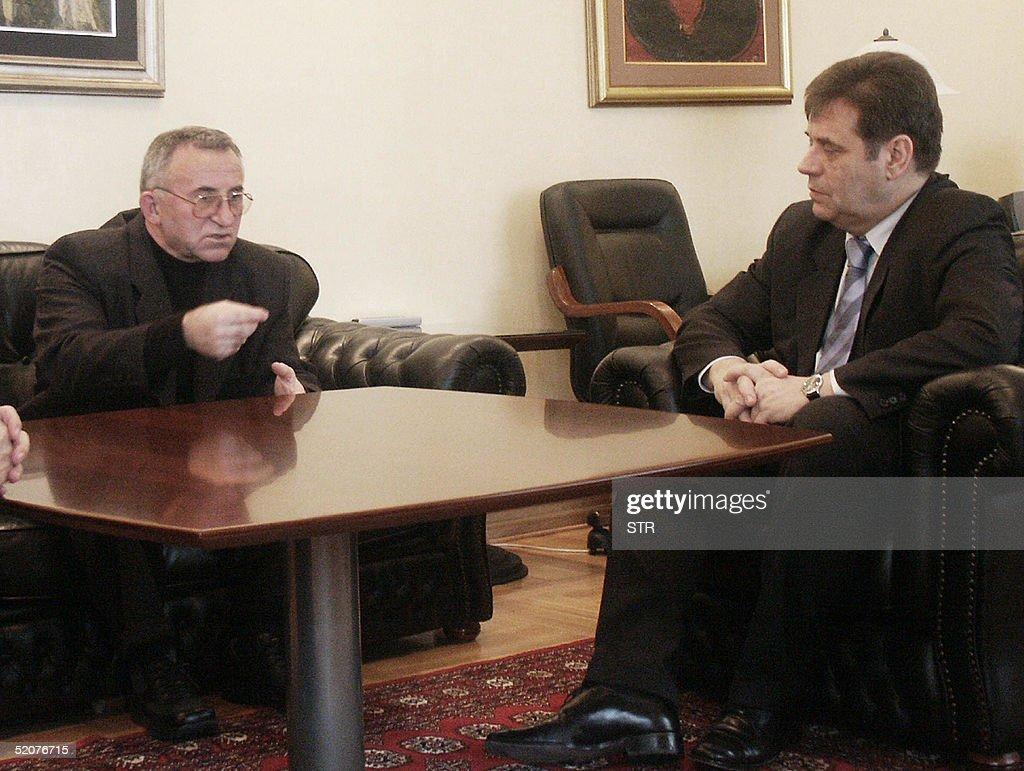 General Vladimir Lazarevic (L) confers w : News Photo