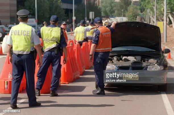 Generalprobe für die Sicherheitsmaßnahmen bei den Olympischen Spielen in Sydney: An einem Checkpoint auf dem Weg zum Olympiapark werden Autos von...