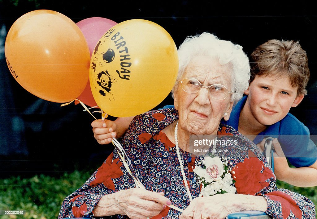 Generation gap: Sara Blakely Moore; who celebrated her 100th birthday yesterday; poses with great-gr : ニュース写真