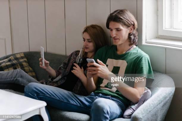 generation z music band mit smart phone nach der rehearsal - 18 19 jahre stock-fotos und bilder